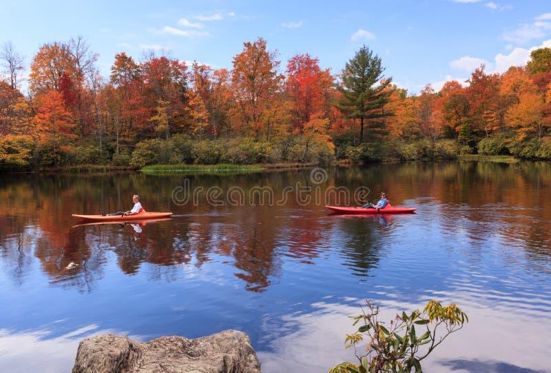 Les touristes ont plaisir à kayaking sur le lac en Autumn North Carolina image libre de droits