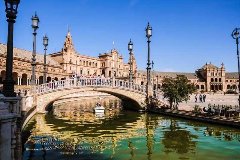 Les touristes ont plaisir à visiter le pays et canotage dans un canal à la plaza de España photos libres de droits