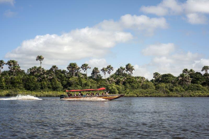 Les touristes ont un voyage sur la rivière Rio Preguica, Maranhao image libre de droits