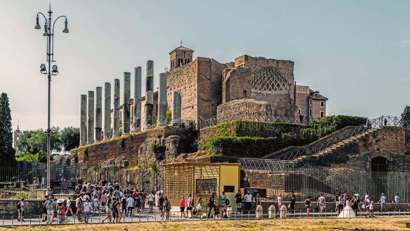 Les touristes passent par le temple de Vénus et de Roma photo libre de droits