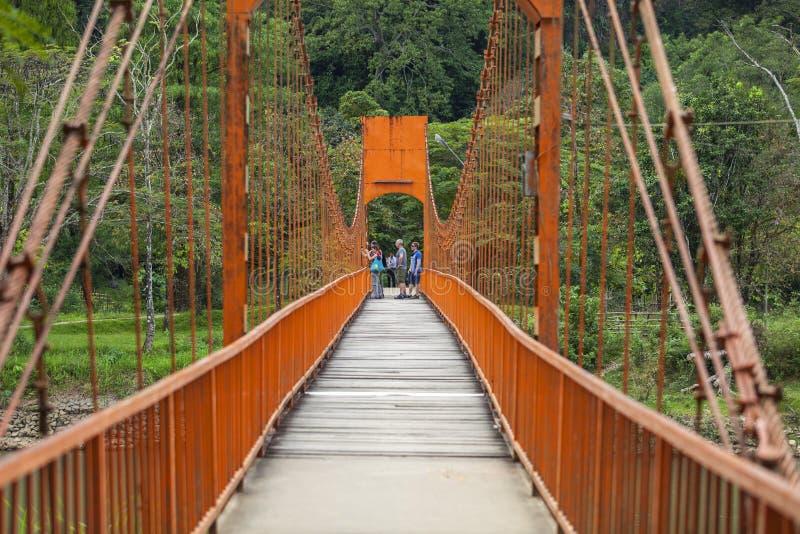 Les touristes prennent des photos sur le pont rouge photographie stock