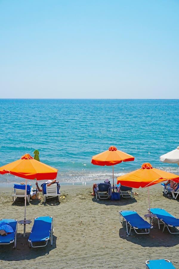 Les touristes les prennent un bain de soleil à la plage de gouverneur en Chypre dans le jour d'été ensoleillé photographie stock libre de droits