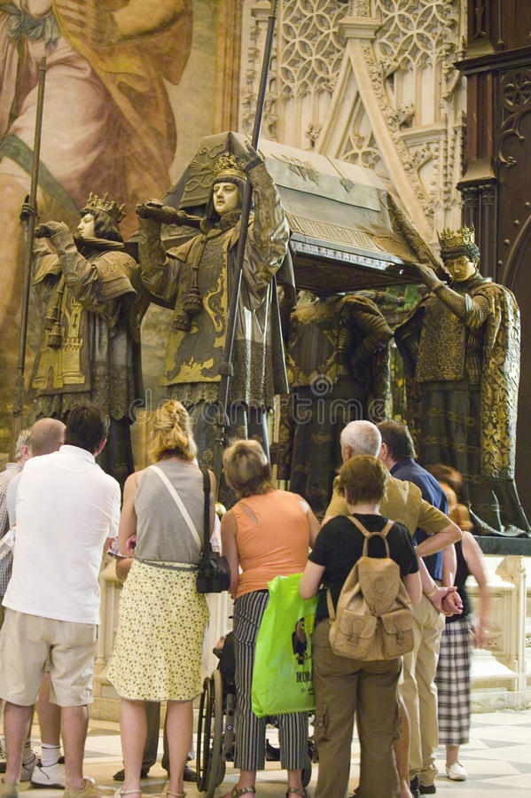 Les touristes regardent le mausolée-monument et la tombe fleurie de Christopher Columbus où quatre hérauts se sont habillés dans  photos libres de droits