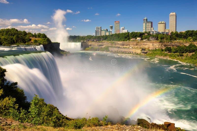 Les touristes regardent les chutes du Niagara du côté américain photo libre de droits
