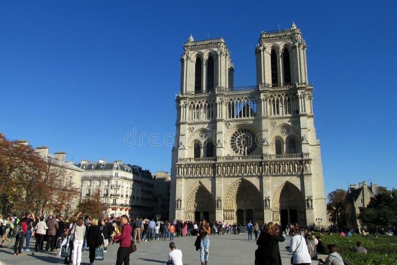 Les touristes s'approchent de la cathédrale Notre Dame de Paris images stock
