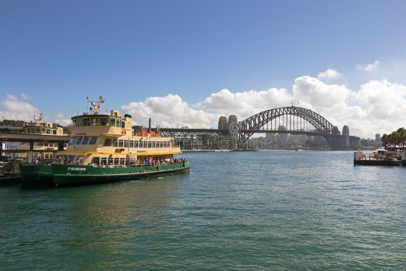 Les touristes sur Fishburn transportent en bac l'amarrage au pilier près de Sydney Harbo images stock