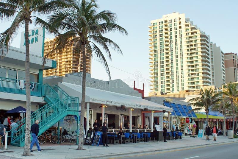 Les touristes sur la bande de bord de mer sur le Fort Lauderdale échouent images stock