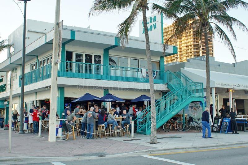 Les touristes sur la bande de bord de mer sur le Fort Lauderdale échouent photos libres de droits