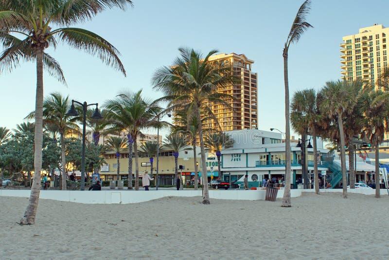 Les touristes sur la bande de bord de mer sur le Fort Lauderdale échouent photographie stock libre de droits