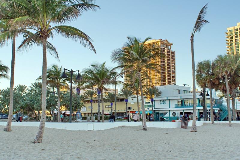Les touristes sur la bande de bord de mer sur le Fort Lauderdale échouent photographie stock