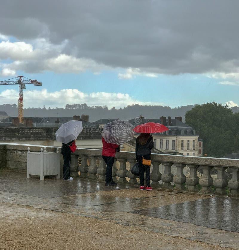 Les touristes tiennent des parapluies sous la pluie à Versailles, France photographie stock libre de droits
