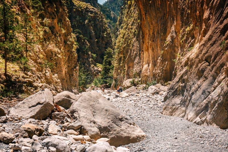 Les touristes trimardent en Samaria Gorge en Crète centrale, Grèce Le parc national est une biosphère Rese de l'UNESCO image libre de droits