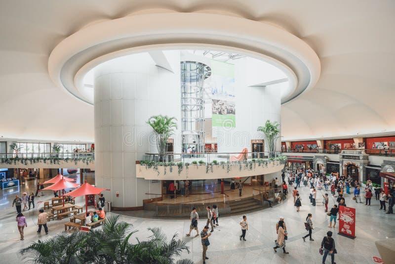 Les touristes visitant la perle orientale dominent à Changhaï, Chine photographie stock libre de droits