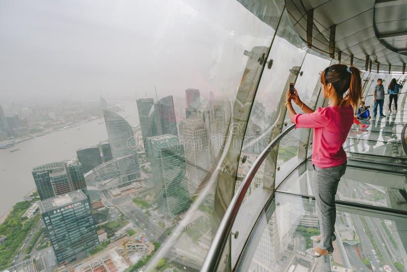 Les touristes visitant la perle orientale dominent à Changhaï, Chine images libres de droits