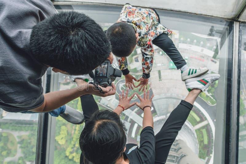 Les touristes visitant la perle orientale dominent à Changhaï, Chine photos stock