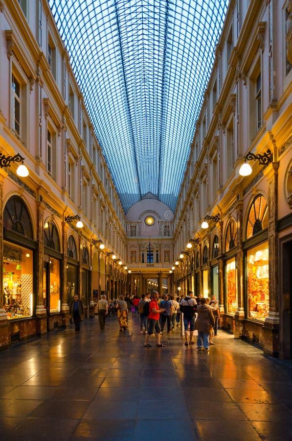 Les touristes visitent les galeries royales célèbres du saint Hubert dans la soirée, Bruxelles, Belgique photos stock