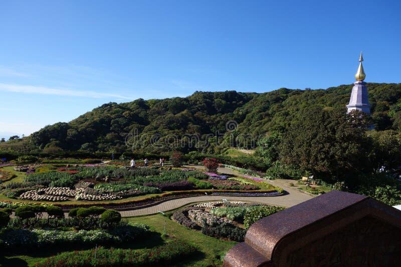 Les touristes visitent les jardins à roi et à Reine Stupa photo stock