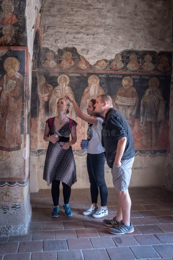 Les touristes visitent l'église historique dans Veliko Tarnovo photographie stock