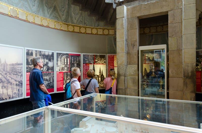 Les touristes visitent l'exposition au sujet de l'histoire de Kaiser Wilhelm Memorial Church dans la vieille pièce du temple, Ber images libres de droits
