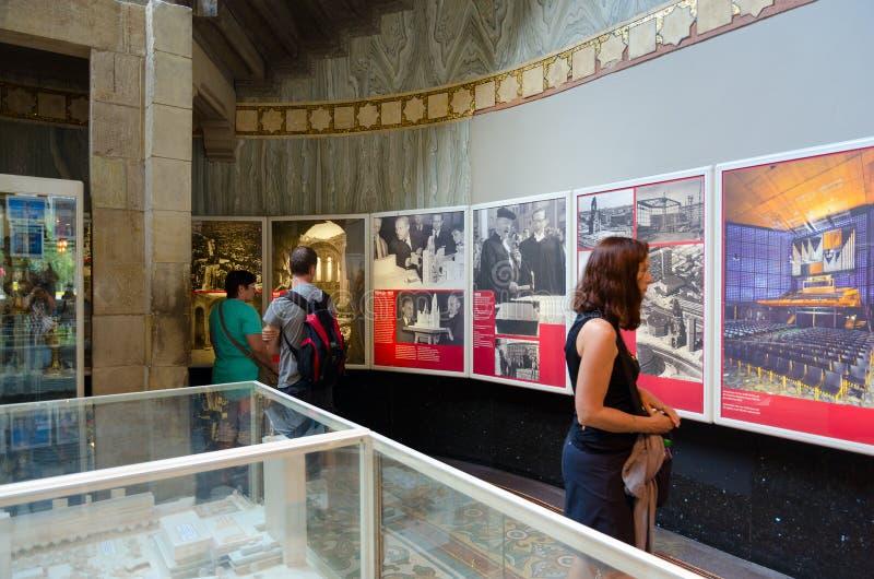 Les touristes visitent l'exposition au sujet de l'histoire de Kaiser Wilhelm Memorial Church dans la vieille pièce du temple, Ber photographie stock