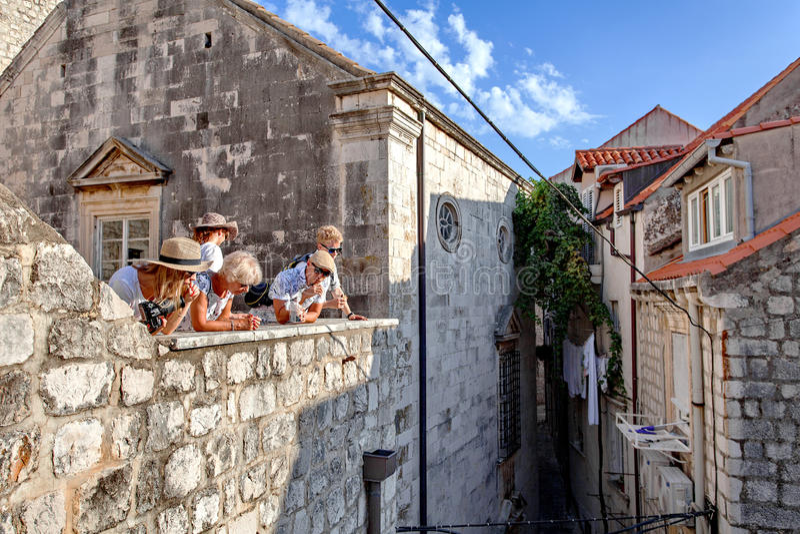 Les touristes visitent le mur de forteresse et la vieille ville de Dubrovnik, Dalmatie, Croatie photo stock