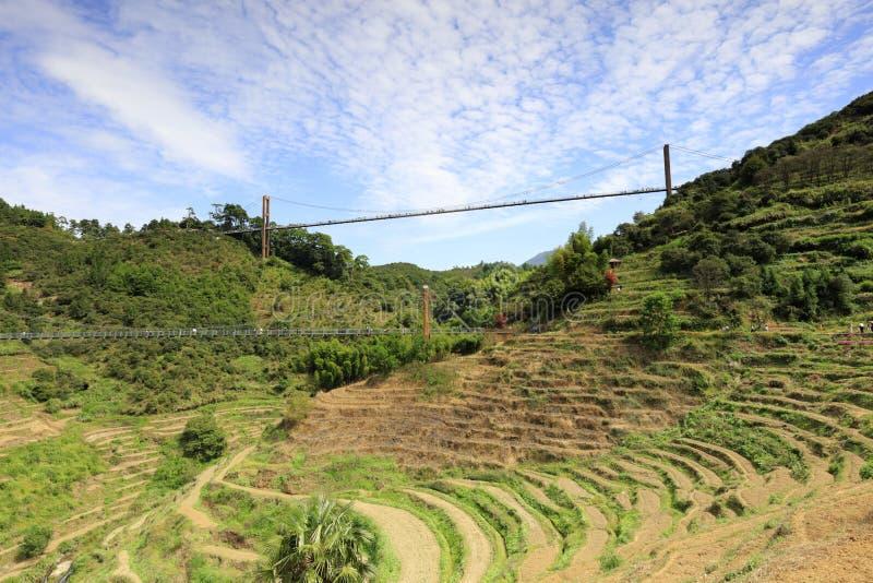 Les touristes visitent les terrasses ordonnées au-dessous de deux ponts, l'adobe RVB photos libres de droits