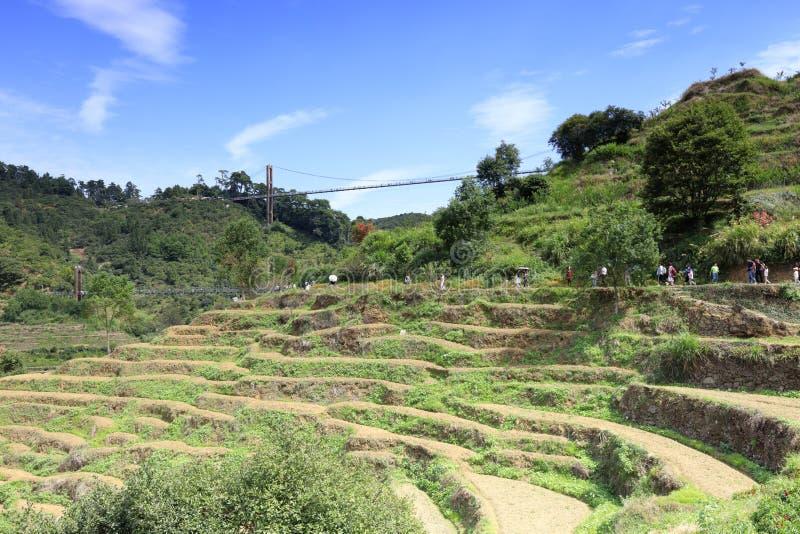 Les touristes visitent les terrasses ordonnées sous le pont, l'adobe RVB photos stock