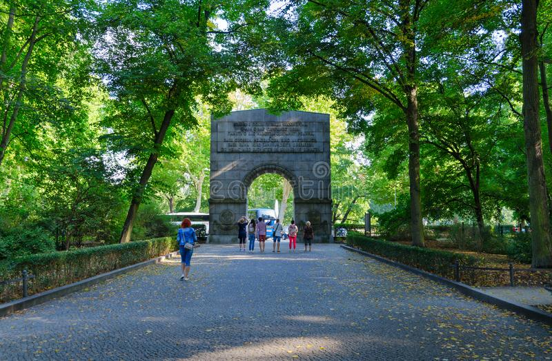 Les touristes vont arquer à la sortie du parc de Treptow, Berlin, Allemagne photos libres de droits