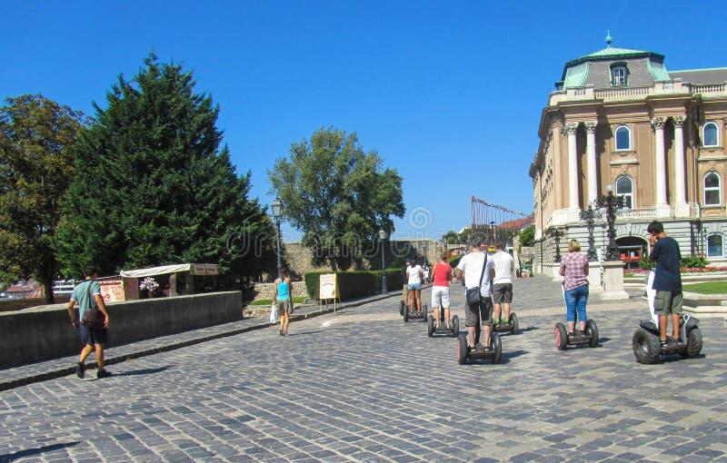 Les touristes voyagent par hoverboard photographie stock