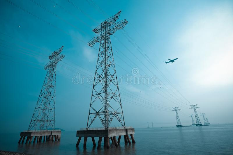 Les tours à haute tension de transport d'énergie photos stock
