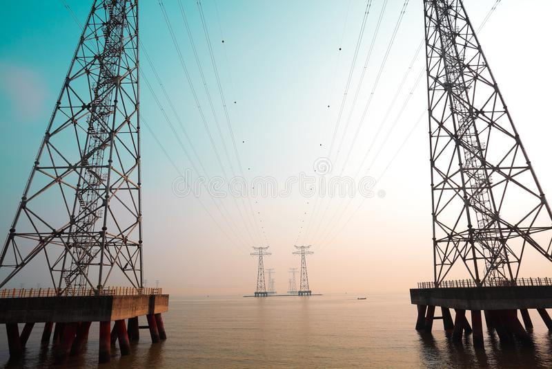 Les tours à haute tension de transport d'énergie photographie stock libre de droits