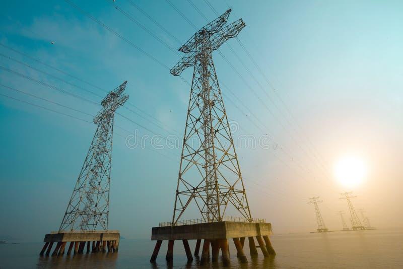 Les tours à haute tension de transport d'énergie photos libres de droits