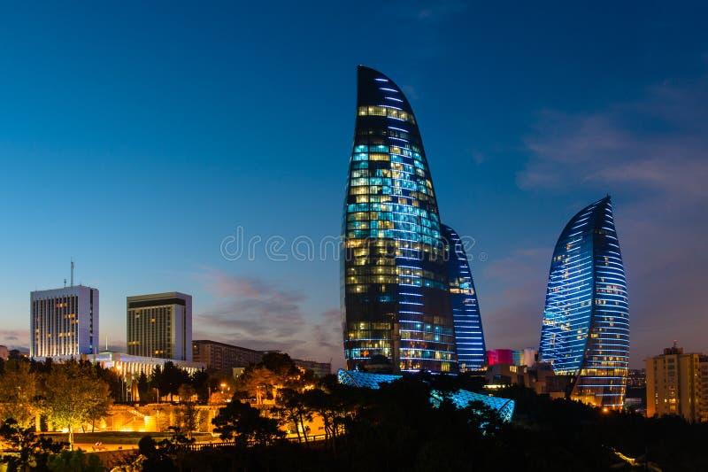 Les tours de flamme sont de nouveaux gratte-ciel à Bakou photographie stock libre de droits