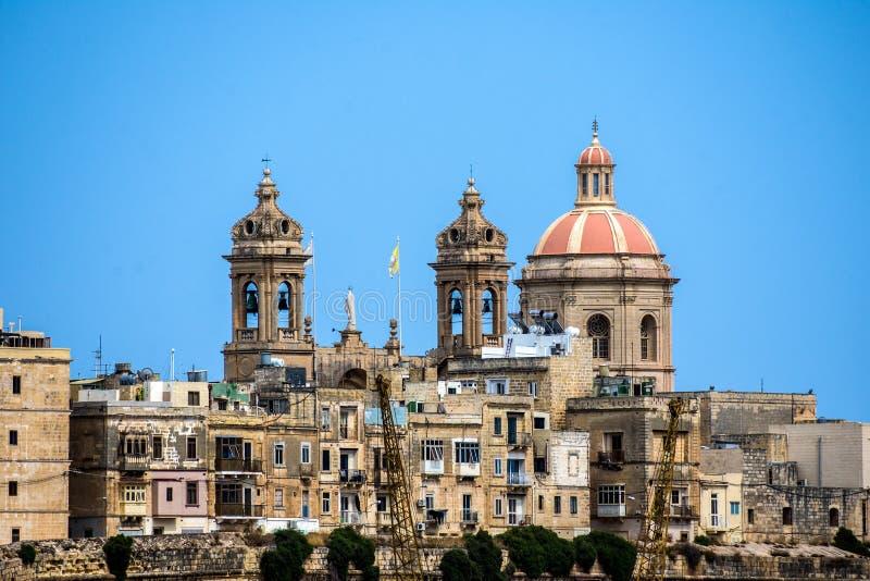 Les tours de l'église dominent l'horizon à La Valette, Malte image libre de droits