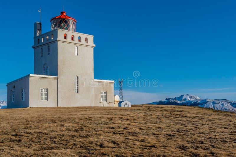 Les tours de phare de Dyrholaey au-dessus du paysage en Islande photo stock