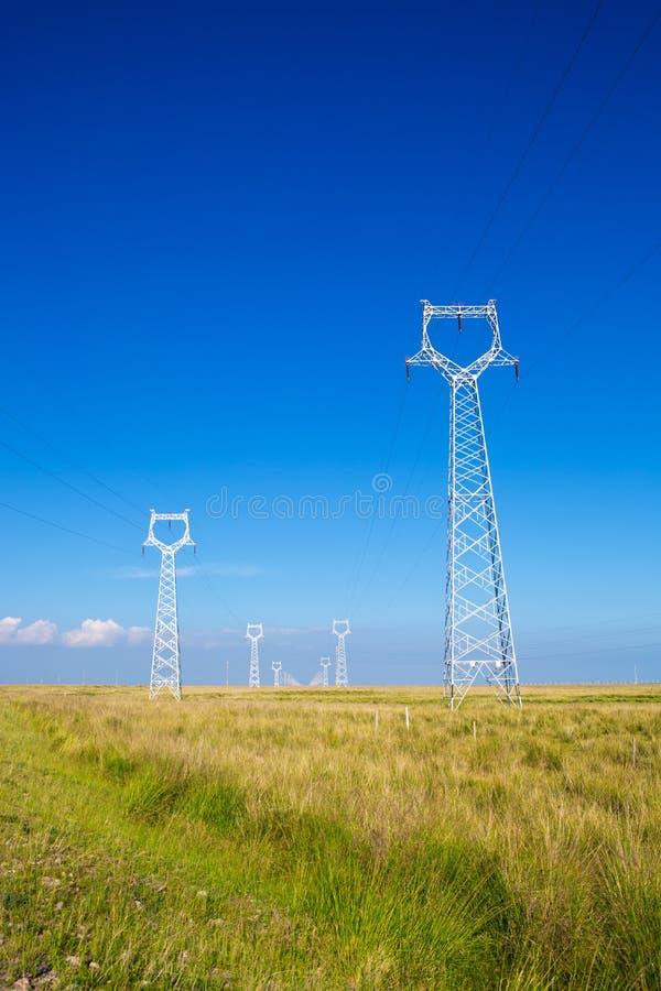 Les tours de transport d'énergie images libres de droits