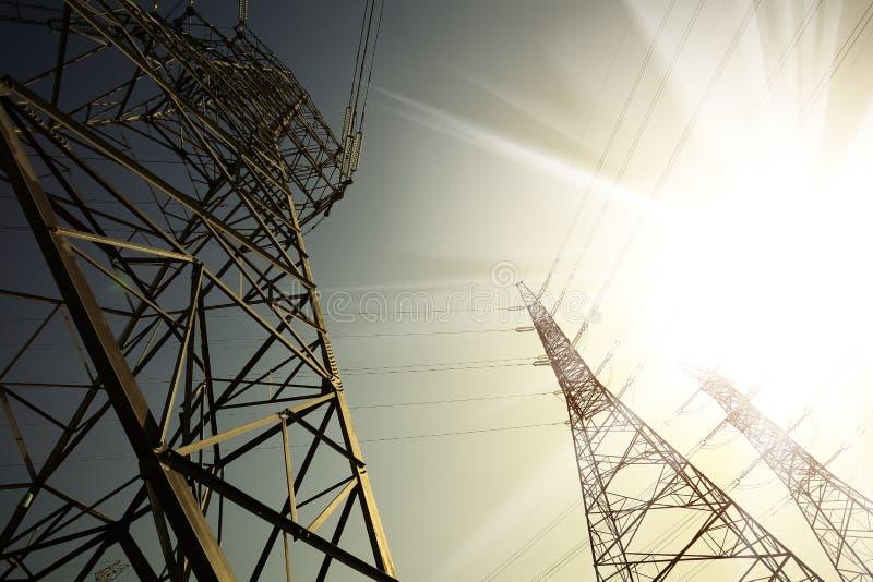 Les tours de transport d'énergie du fond de ciel image libre de droits