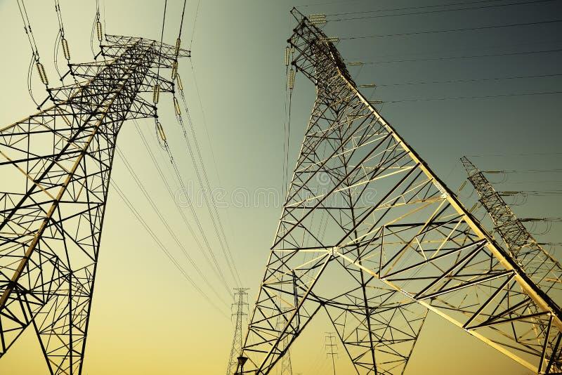 Les tours de transport d'énergie du fond de ciel images libres de droits