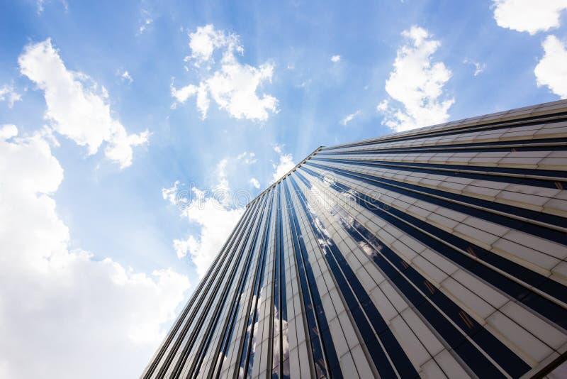 les tours des gratte-ciel d'affaires sur le ciel bleu avec le blanc opacifie le fond image stock