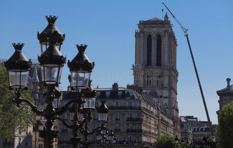 Les tours du feu d'ater de cath?drale de Notre Dame avec la grue g?ante pr?s Les courriers de lampe de la place de ville d'h?tel  image libre de droits