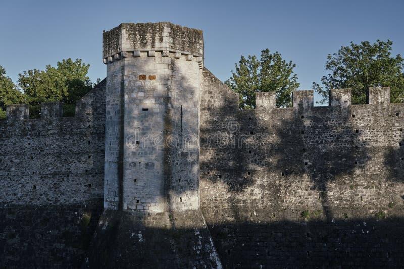 Les tours et les remparts médiévaux images stock