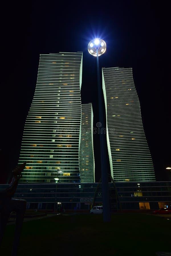 Les tours résidentielles ont appelé les LUMIÈRES POLAIRES à Astana, Kazakhstan images stock