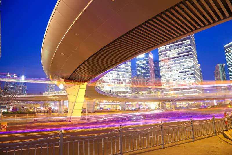 Les traînées de lumière de voiture de pont en route du bui urbain moderne de Changhaï image libre de droits