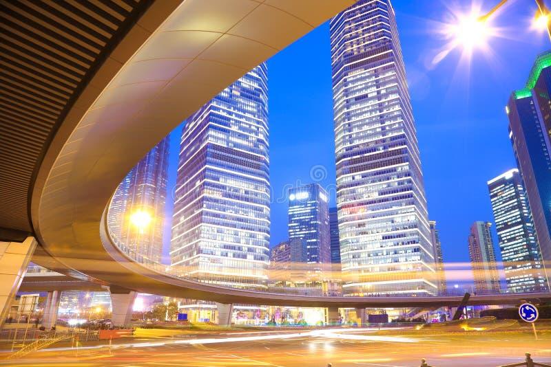 Les traînées de lumière de voiture de pont en route du bui urbain moderne de Changhaï images libres de droits