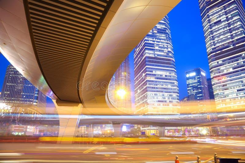 Les traînées de lumière de voiture de pont en route du bui urbain moderne de Changhaï photo stock