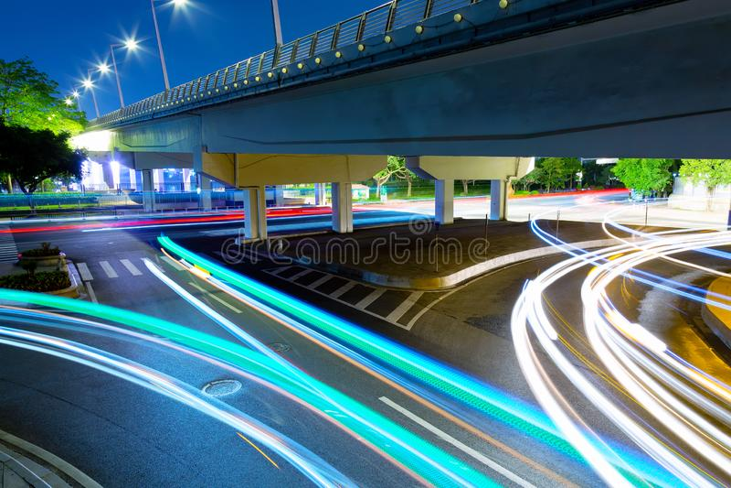 Les traînées de lumière de voiture dans l'intersection de ville dans Guangzhou, Chine photographie stock