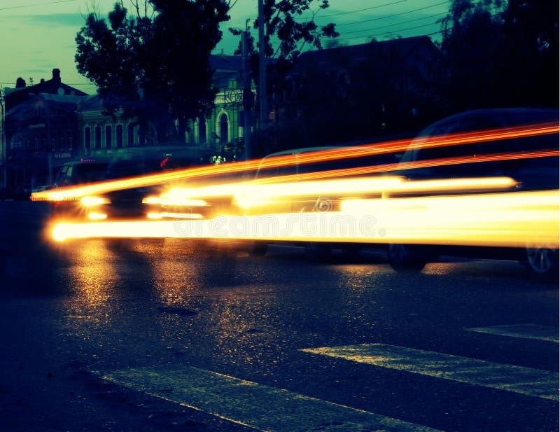 Les traînées des lumières de voiture ont modifié la tonalité l'image photographie stock