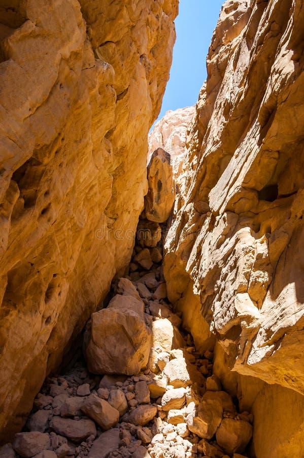 Les traînées intéressantes de formes entourées par des cavernes, des roches, des falaises des canyons antiques de mines de tonnel image libre de droits