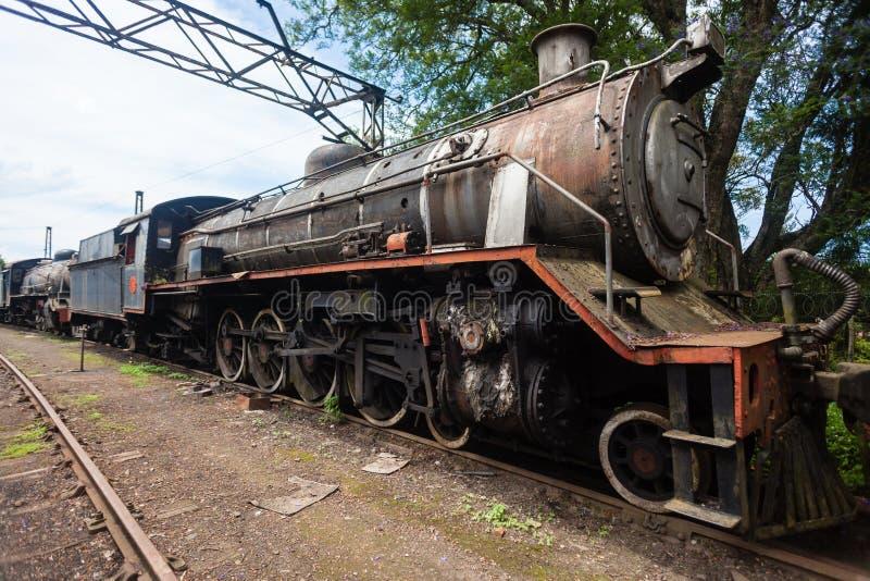 Les trains ont ferraillé des locomotives à vapeur images stock