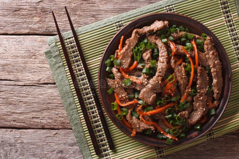 Les tranches de boeuf de Bulgogi d'Asiatique ont fait frire avec le sésame du plat horizontal photographie stock libre de droits